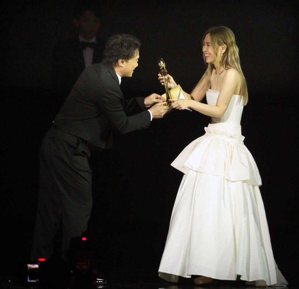 最佳國語專輯獎由「希遊記」獲得,孫盛希(右)上台領獎。記者林伯東/攝影