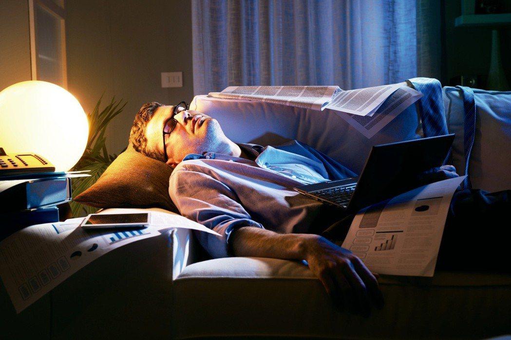 你常看電視看到睡著,燈亮著、電視也沒關嗎?科學家警告,這種行為會增加肥胖風險,原...