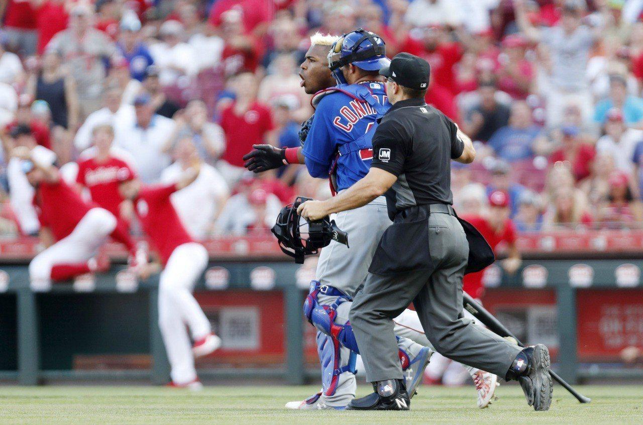 史卓普遭小熊後援投手史卓普(Pedro Strop)觸身球擊中左腿,立刻走向投手...