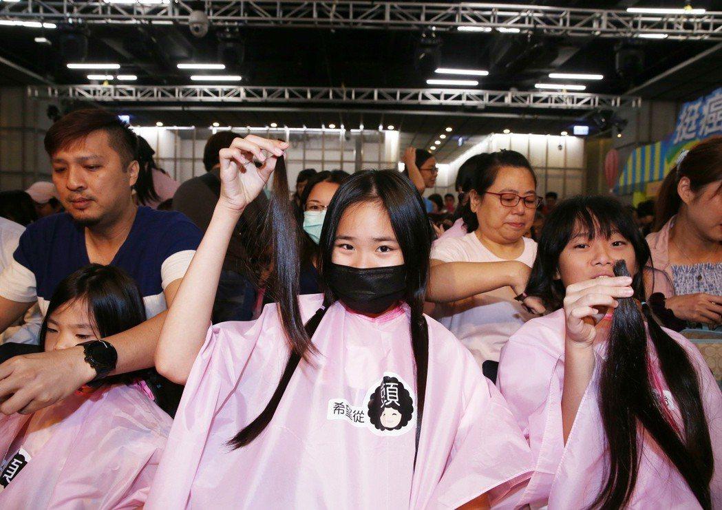 由癌症希望基金會舉辦的第五屆百人捐髮活動,共有124名捐髮者,許多捐贈者在朋友親...