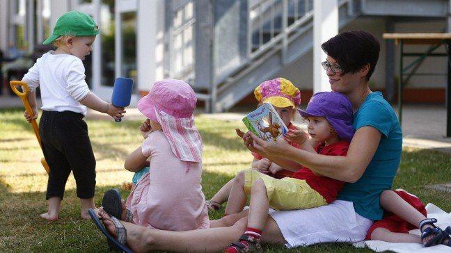 奧地利幼兒園會要求家長陪讀一個月,這個陪讀得要認真,不能玩手機,或開電腦工作。圖...