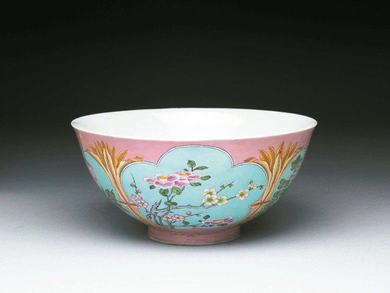 清康熙,琺瑯彩粉紅地開光四季花卉碗。 圖/故宮提供
