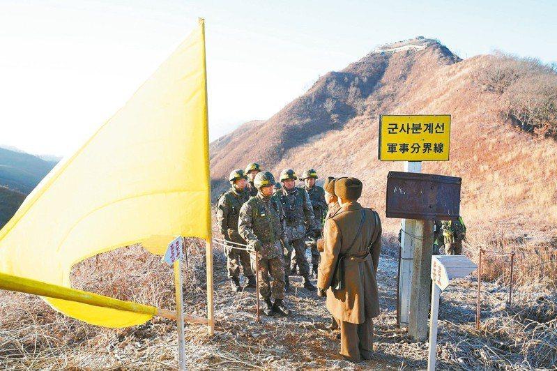 圖為去年12月兩韓在非軍事區內試點拆除警備哨所,並相互檢查。 中新社