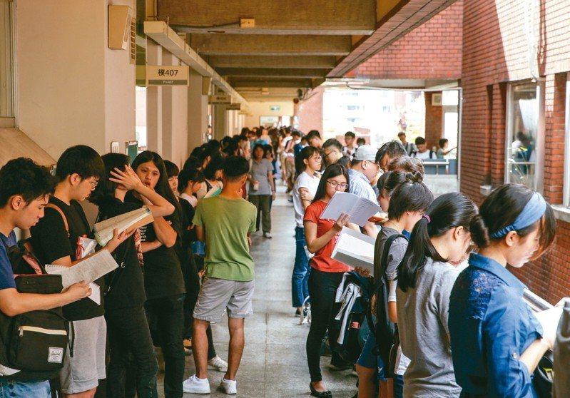 108學年度指定科目考試7月1日至3日舉行,上午指考第一天考物理、化學、生物。 圖/聯合報系資料照片