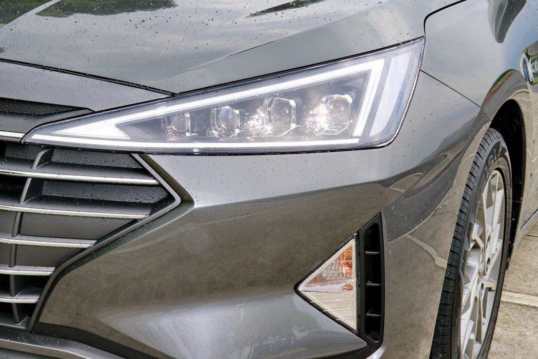 銳角型LED日行燈及高階車型搭配的複眼式LED頭燈組。 記者陳威任/攝影