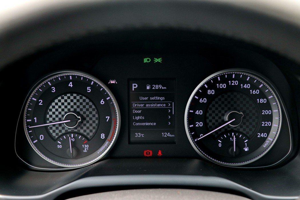 儀表板運用方格旗元素營造更為活潑的感受。 記者陳威任/攝影