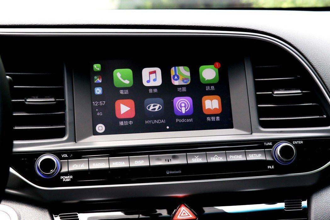 Sport極速版才標配的觸控式七吋多媒體螢幕,內建Apple CarPlay與A...