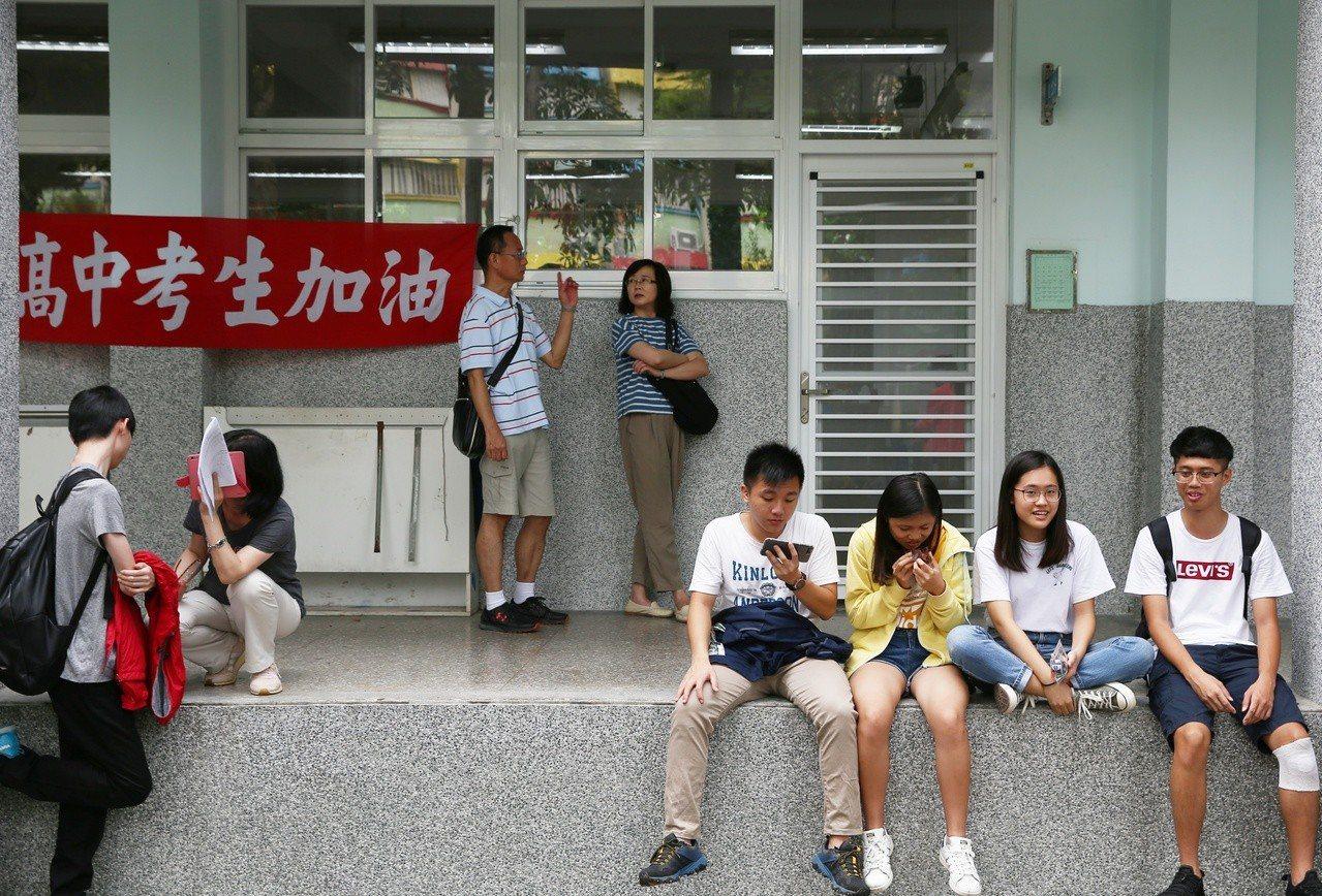 今天大學指考第二日,考生努力準備應試,家長也陪同在旁。記者曾原信/攝影