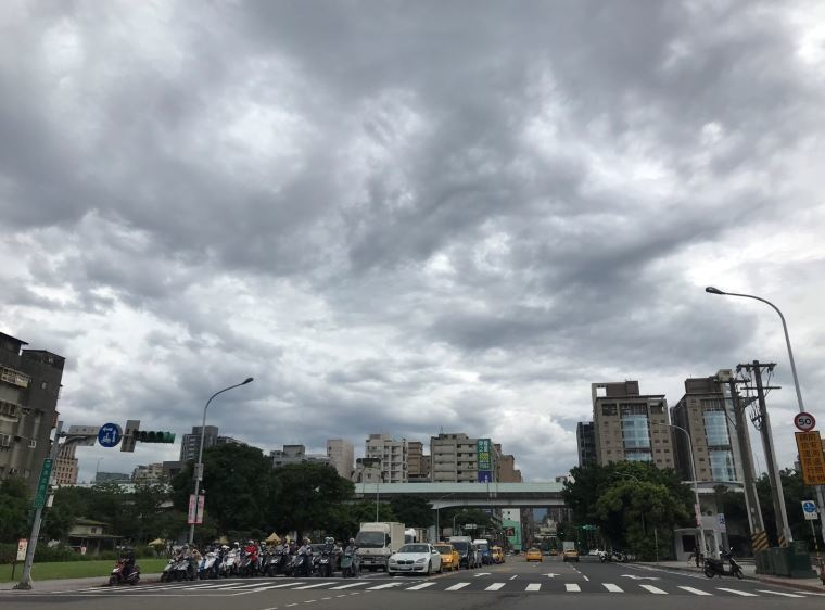 中央氣象局指出,7月2日至4日各地雲量增多,中南部、東南部地區有局部短暫陣雨或雷...