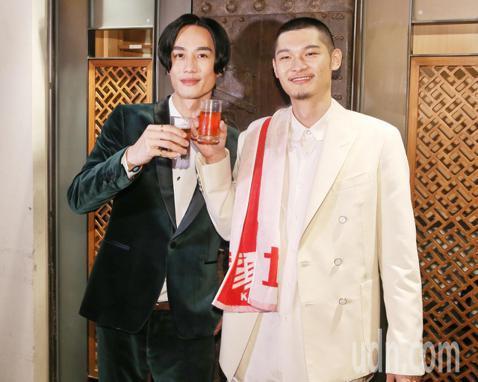 Leo王昨天獲得第30屆金曲獎最佳國語男歌手獎,典禮結束後開心舉辦慶功宴,專輯製作人李英宏到場祝賀。