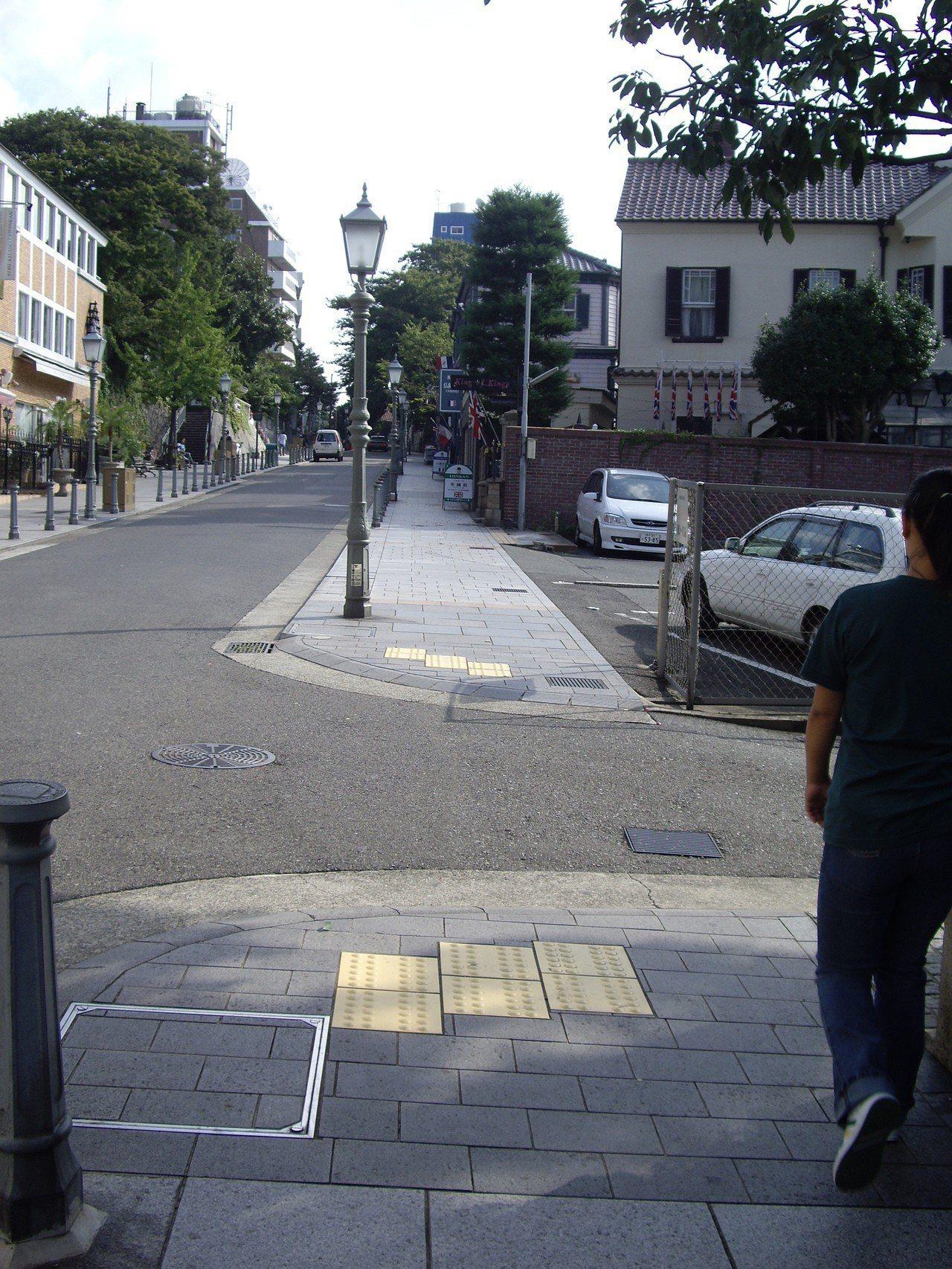 日本在人行道鋪導盲磚,若是沒斑馬線的較小路口,仍有設定位磚,讓視障者知道從這可以...