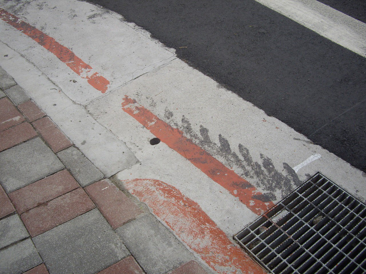 台灣人行道力推無障礙,台北市把許多路口的90度垂直角磨成斜坡,但每個斜坡大小、斜...
