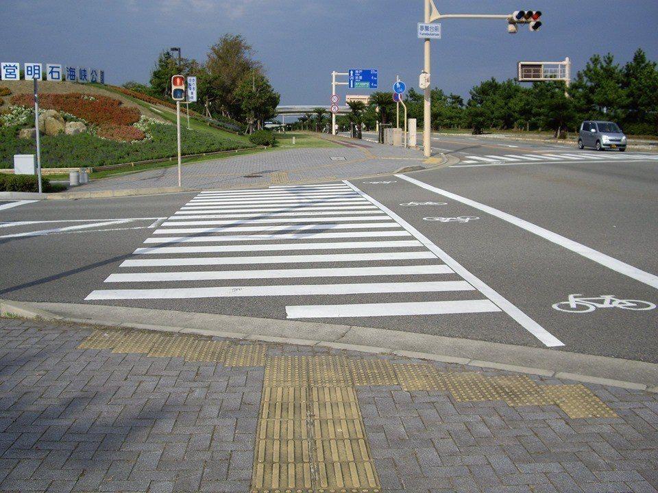 日本在人行道鋪導盲磚,除了有直線狀導引磚,還在斑馬線前方設圓點狀定位磚,清楚對準...