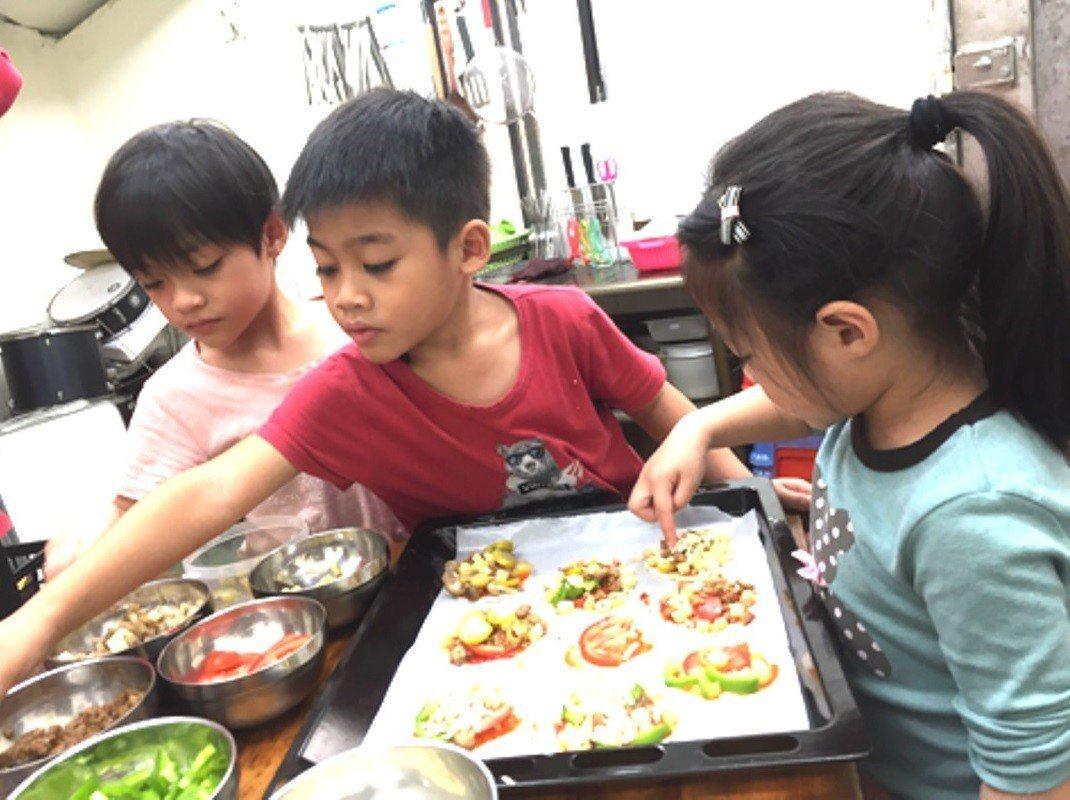 原寶三團隊運用原住民食用野菜,設計原民文化課程,讓幼兒從小認識自身原民文化。圖/...