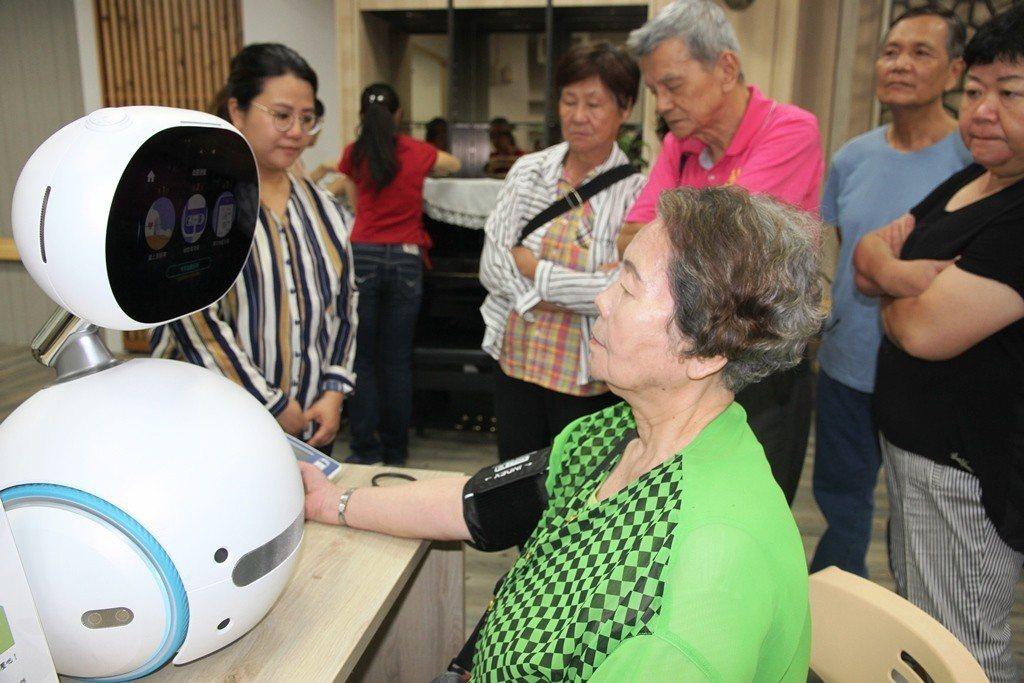 元培醫事科技大學與華碩攜手設置智慧長照站。圖/元培醫事科技大學提供