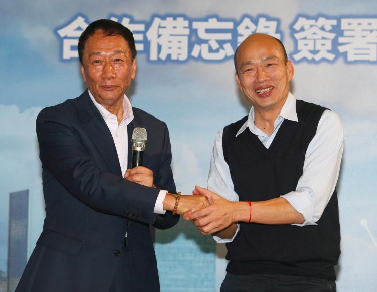 高雄市長韓國瑜(右)、鴻海創辦人郭台銘(左)。圖/聯合報系資料照片