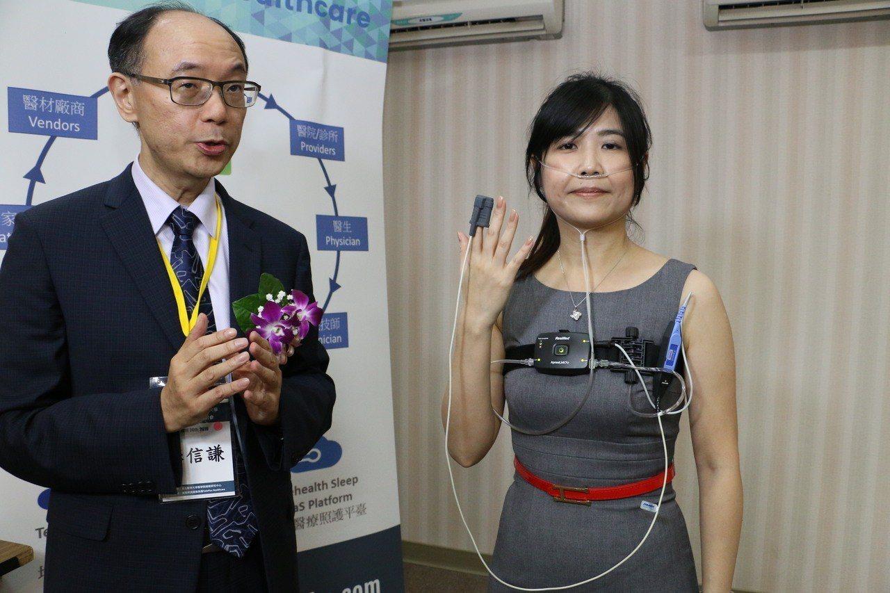 北醫睡眠研究中心主任暨精神科主任李信謙(左)展示居家睡眠檢測儀器。 圖/北醫提供