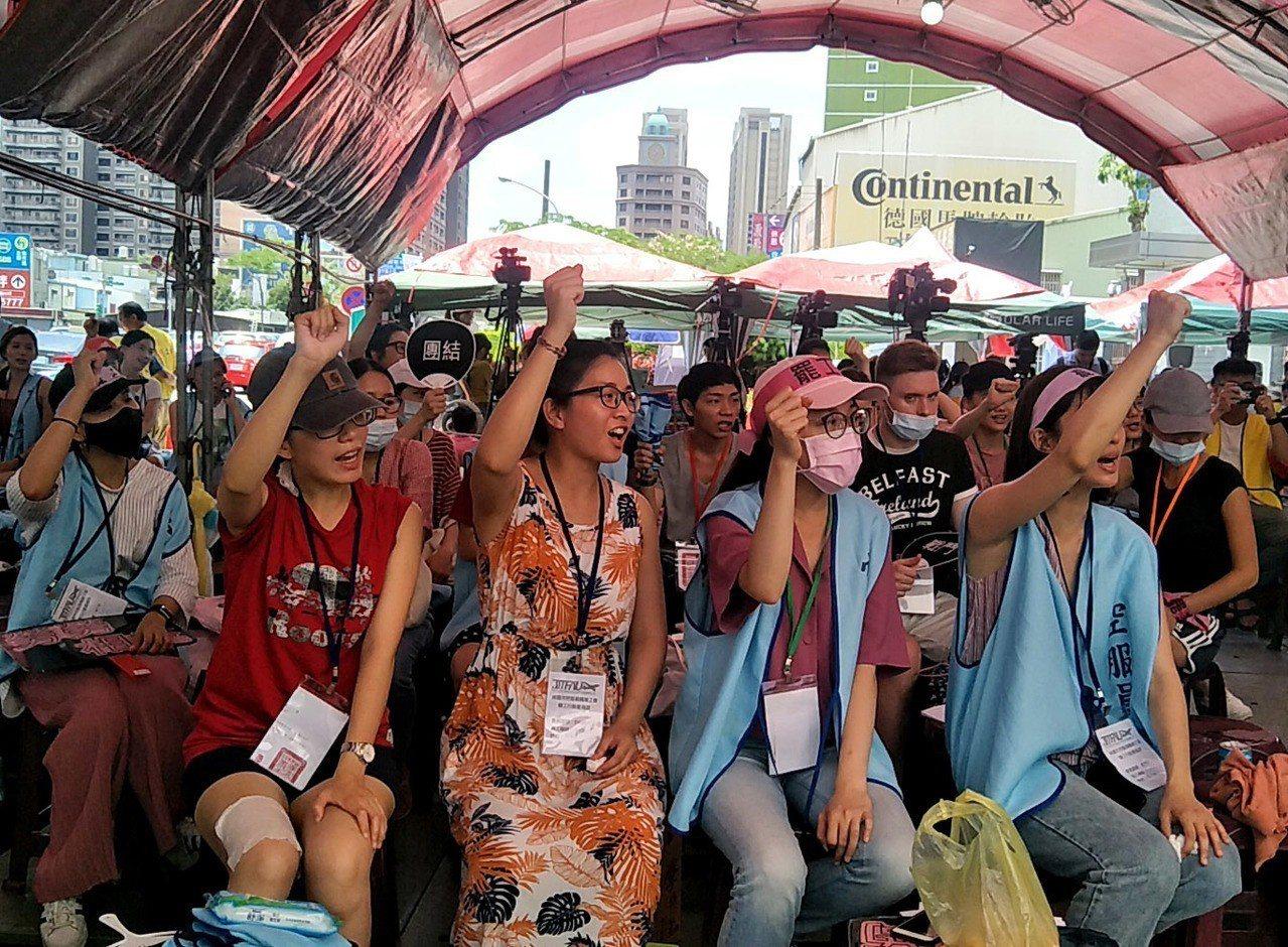 長榮空服員罷工延長賽,會員高喊「團結、戰鬥、罷工一定成功」,工會指25人遭記曠職...