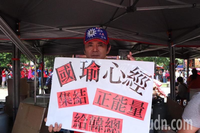 蔣姓兄弟檔也在現場發放免費果凍給民眾消暑,蔣先生表示,今日在縣政府廣場提供500份免費果凍、500隻免費國旗,更有300個「國瑜心經」。記者陳夢茹/攝影
