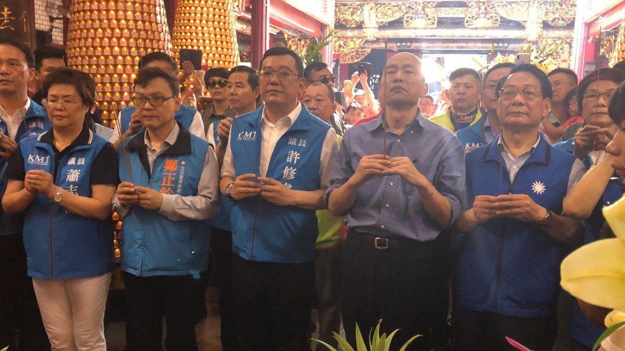 高雄市長韓國瑜今天下午前往新竹縣城隍廟上香,現場湧入大批的支持者。記者王駿杰/攝...