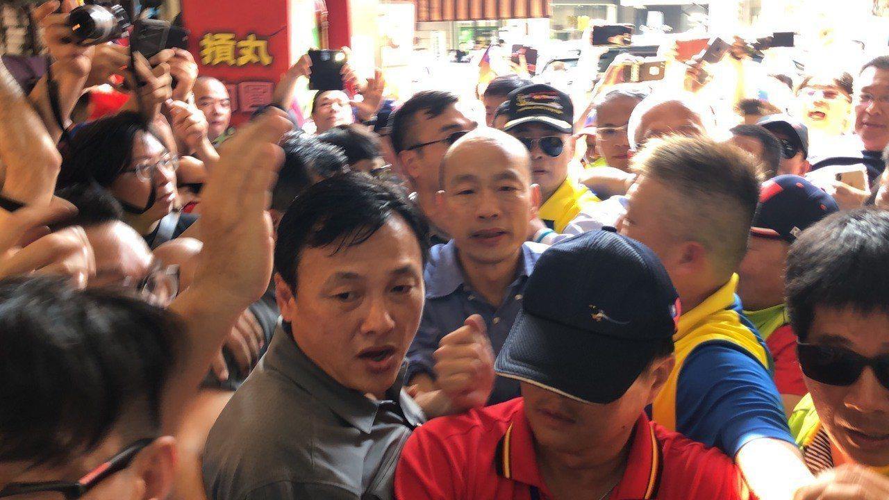 不少韓粉高喊「韓國瑜加油」,韓國瑜經過時,韓粉爭相跟他握手。記者王駿杰/攝影