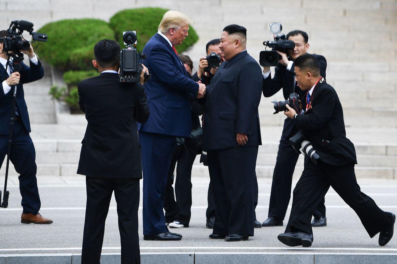 美國總統川普與北韓領導人金正恩在DMZ兩韓邊界見面、握手。法新社