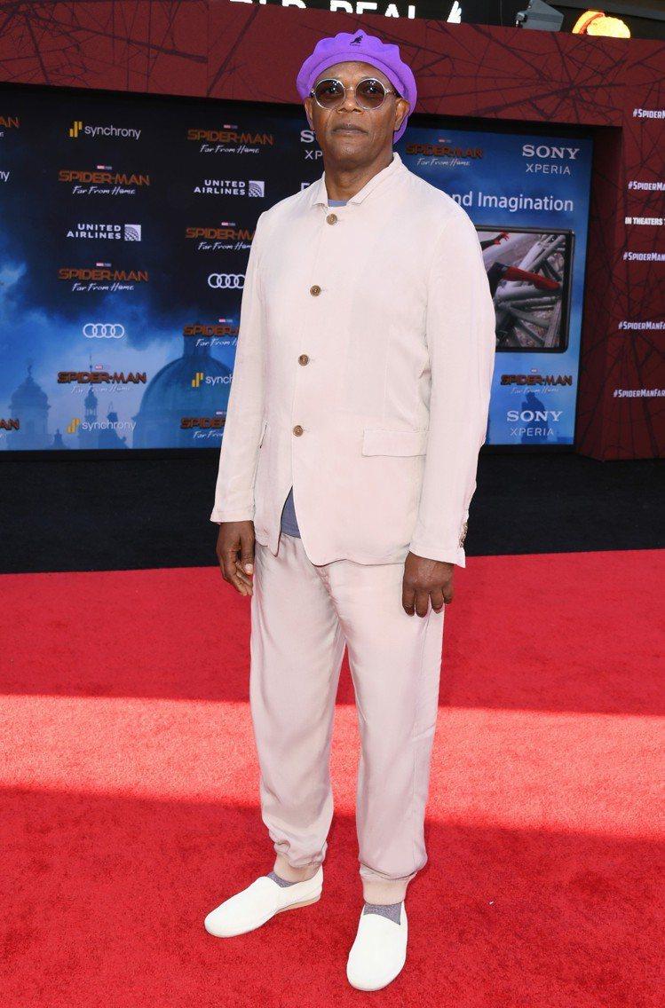 黑人男星山繆傑克遜現身「蜘蛛人:離家日」首映典禮時,以紫色扁帽搭配Giorgio...