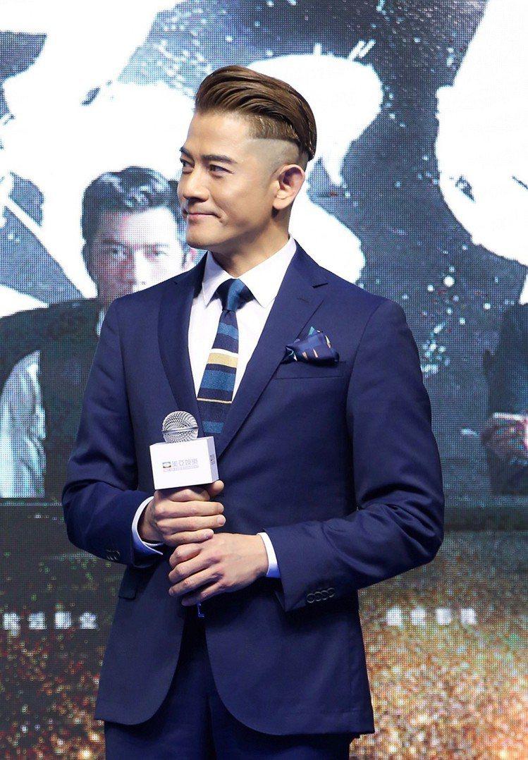 郭富城在上海電影節之際,選穿BOSS全新海軍藍色西裝配襯淺棕色、藍綠及白色相間的...