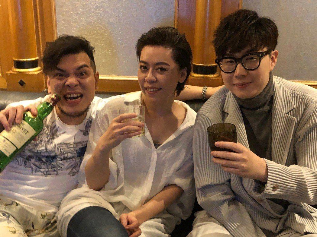 台語歌后江惠儀(中)跟專輯製作人三秒 (左)、林樂偉開心慶功。圖/江惠儀提供