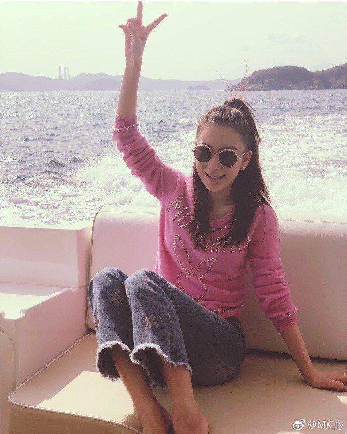 方媛去年曾Po出搭乘豪華遊艇的美照。圖/摘自微博