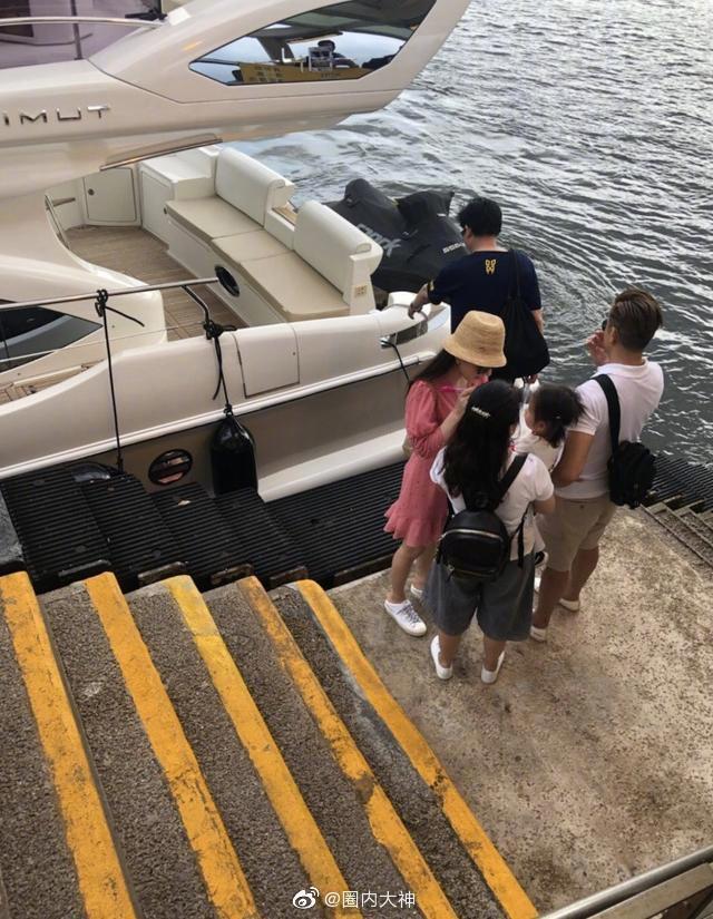 郭富城(右)被目擊帶著妻小搭乘遊艇出海。圖/摘自微博