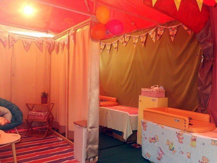 南投縣衛生局將活動帳篷打造哺乳室,提供靠背椅、小圓桌、乾洗手液、延長線插座、尿布...