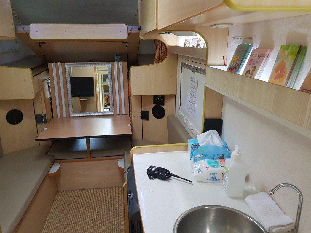 台北市將露營車改裝成行動哺乳車,內部有空調、洗手間等,改善帳篷悶熱、照明不佳、隱...