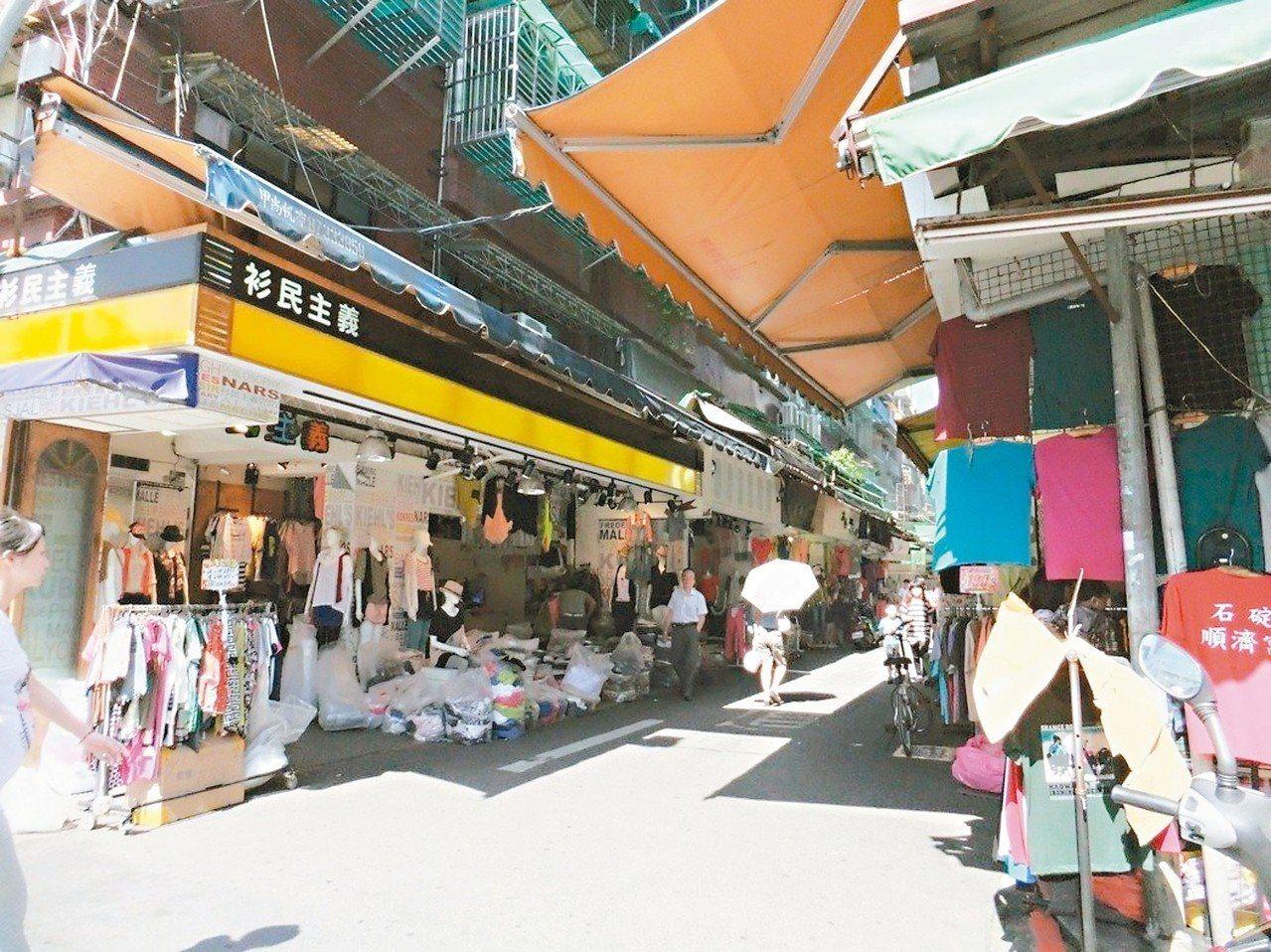 位於台北市信義區的五分埔商圈,全盛期多達1300家店,堪稱國內最大成衣服飾批發地...