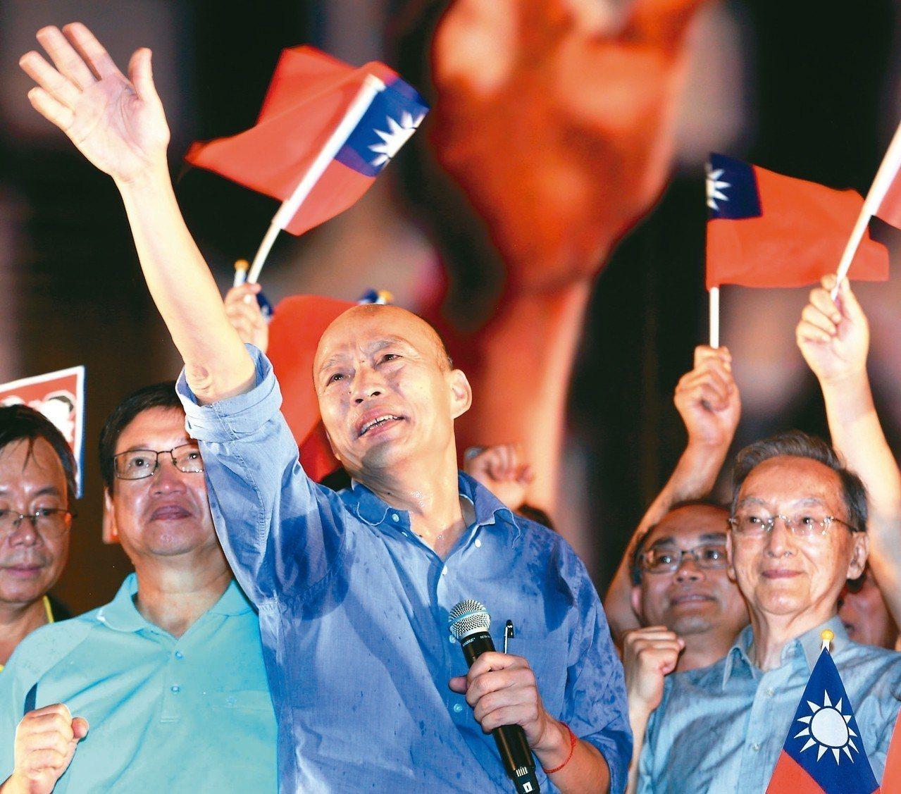 高雄市長韓國瑜昨晚在新竹舉辦第五場造勢活動,不時揮手向支持民眾致意。 記者侯永全...