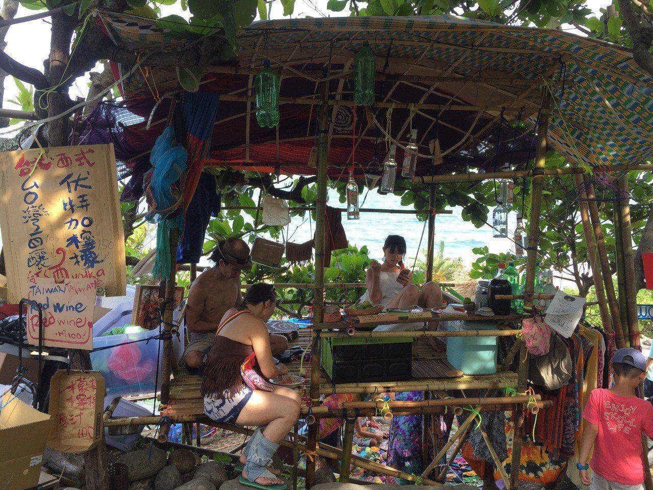 花蓮「海或瘋市集」各式各樣攤位吸引遊客目光。圖/讀者提供