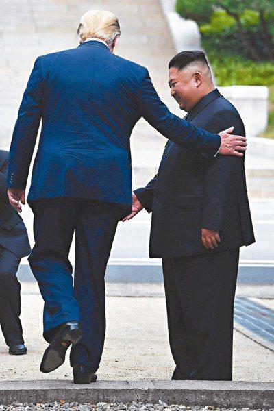 美國總統川普(左)6月30日在板門店停戰村跨越兩韓邊界走進北韓,北韓領導人金正恩...