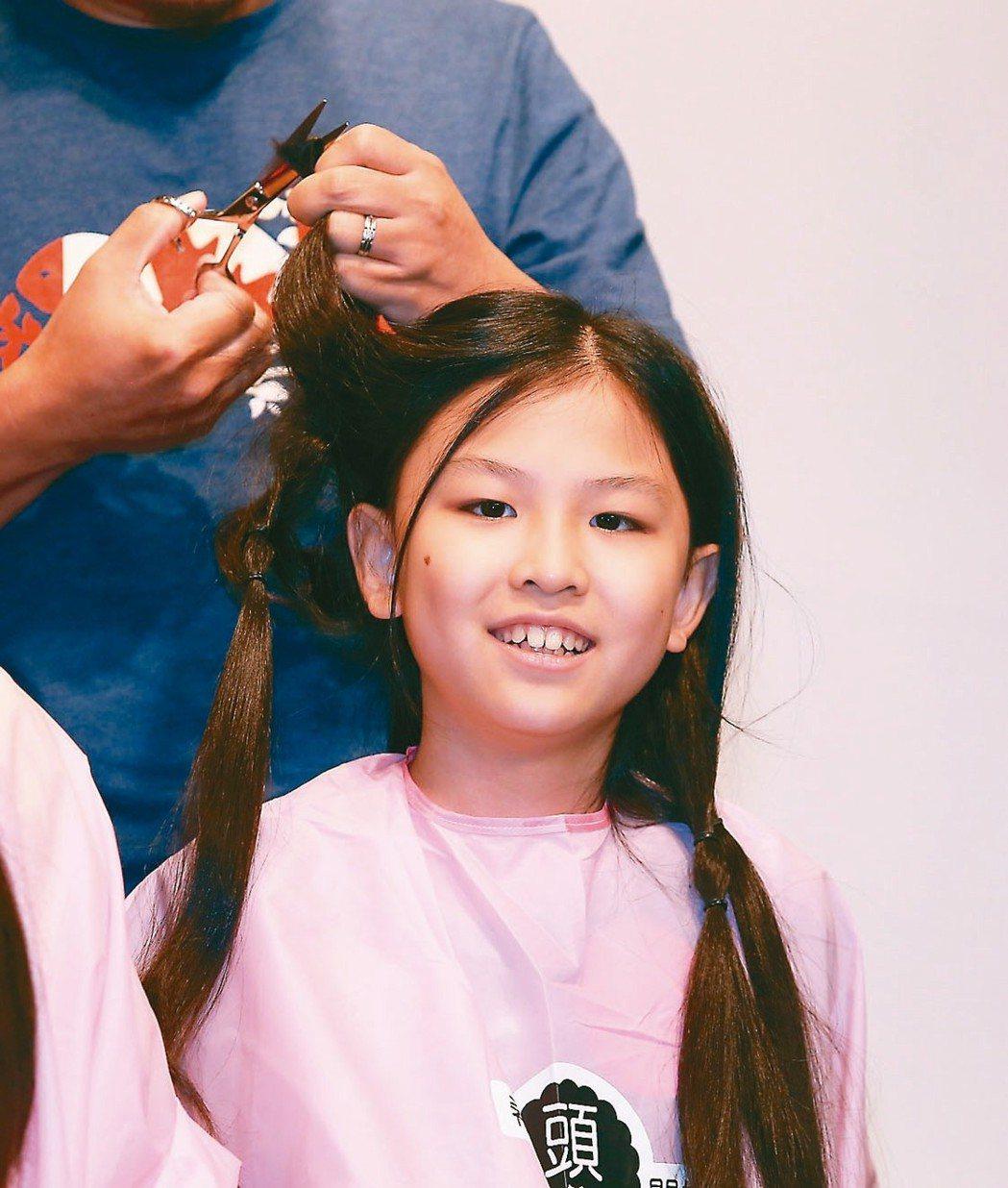 癌症希望基金會舉辦百人捐髮活動,林承澤雖是男生,也蓄髮捐贈。 記者曾原信/攝影