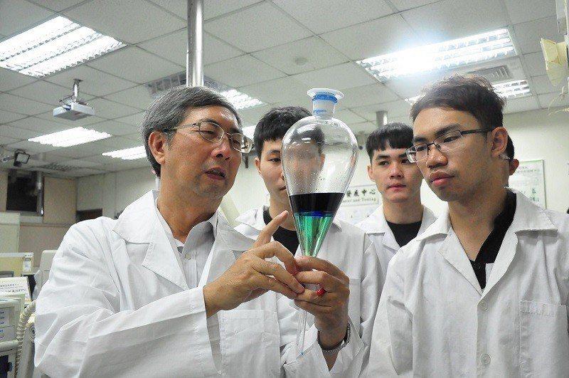 朝陽科大環管系王文裕副教授向學生講解液態離子交換萃取,分離純化廢鋰電池正極鈷與鎳...