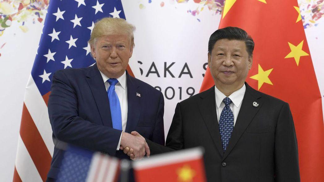 美國總統川普(左)與中國國家主席習近平上周達成共識,重啟貿易磋商,但雙方達成協議...