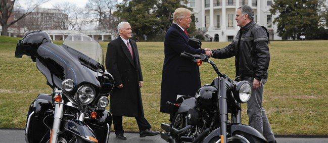 哈雷執行長雷瓦提奇(圖右)2017年2月騎著自家的重型機車進入白宮南草坪,獲得美...