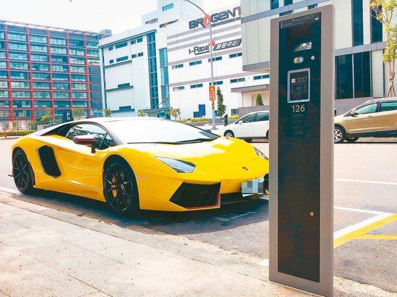 「智慧停車2.0系統」運用最新科技的停車柱(見圖)和高位視訊,人性化設定短時性的臨時停車。 圖/新北市政府提供