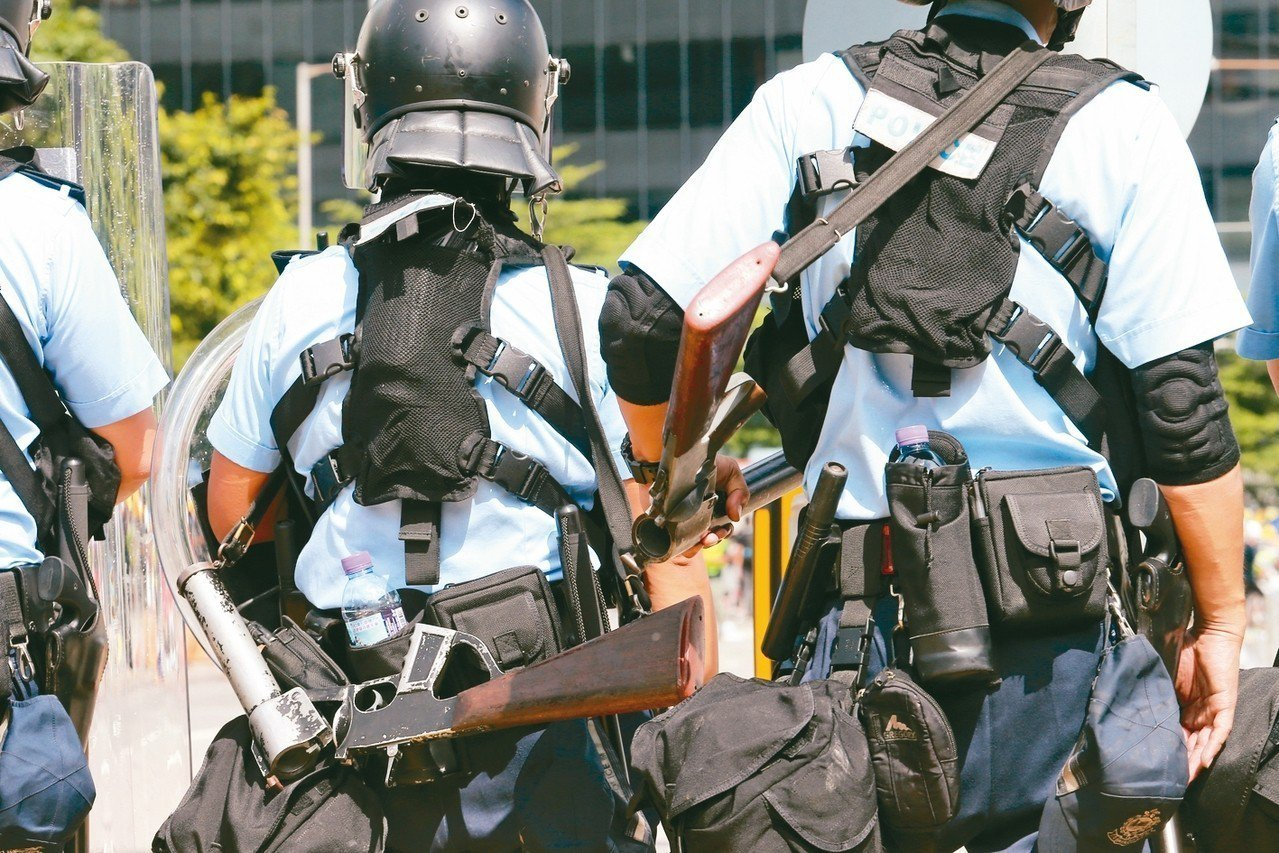 裝備精良的香港警方身背各式鎮暴武器,為隨時可能的清場做準備。 特派記者許正宏/攝...