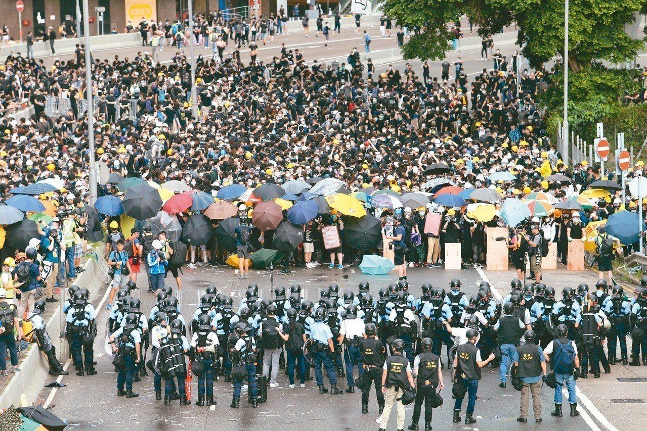 香港反送中抗爭持續,不少青年在政總外集會一整夜,清晨與警方持續對峙。 特派記者許...