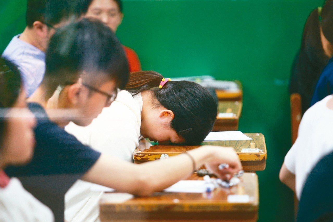 大學指考7月1日至3日舉行,上午第一天考物理、化學、生物,一位考生考完後在等待收...