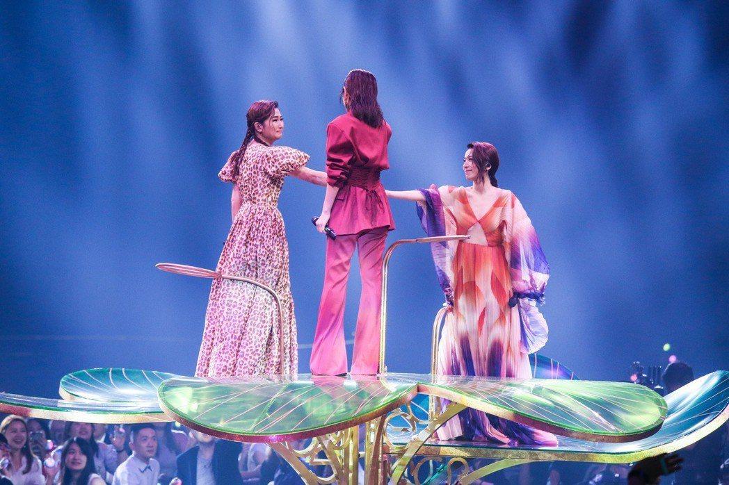 第30屆金曲獎上S.H.E登上花式舞台帶來夢幻的演出。記者林伯東/攝影