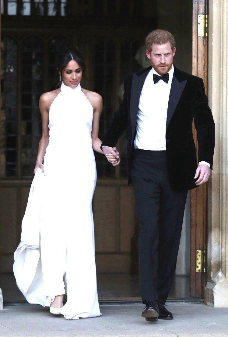梅根去年在婚禮派對上,選穿Stella McCartney的白洋裝和Aquazz...