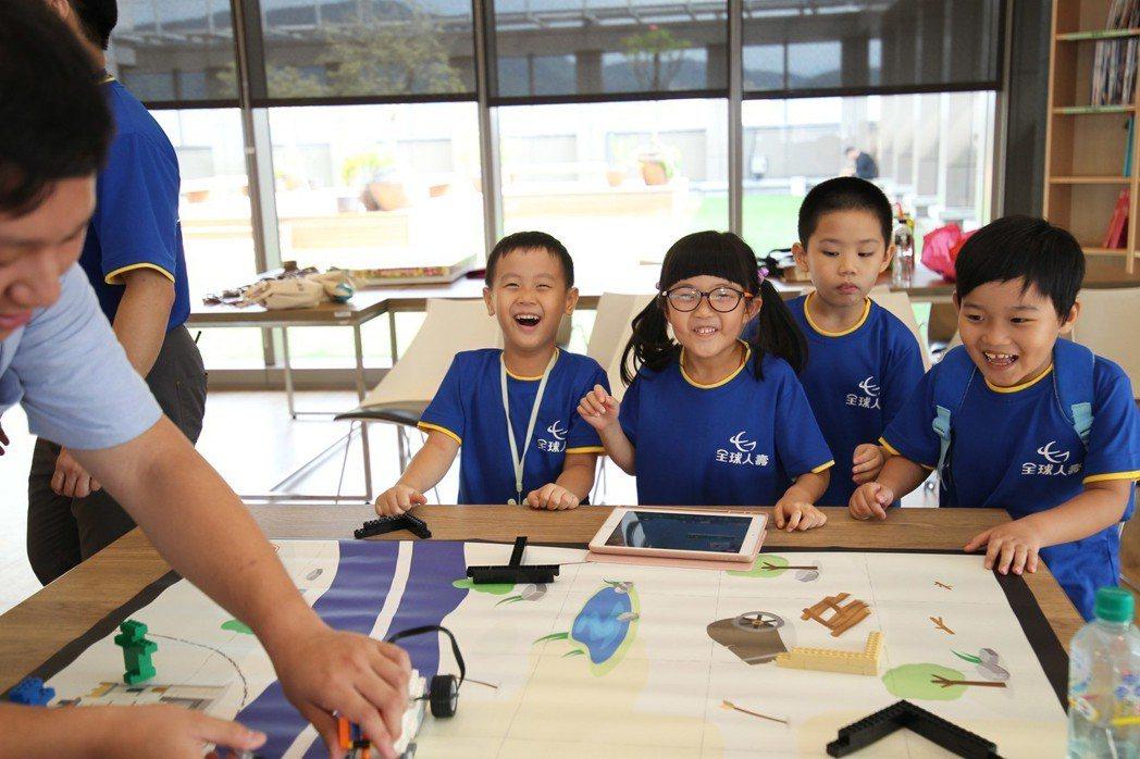 全球人壽親子園遊會首登場,DIY市集深受小朋友喜愛。 全球人壽/提供