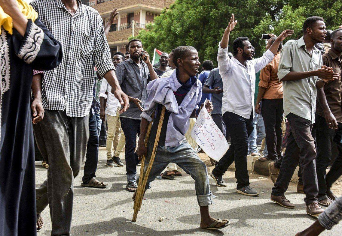 圖為參加大遊行,抗議蘇丹掌權軍方的蘇丹示威者。 圖/法新社