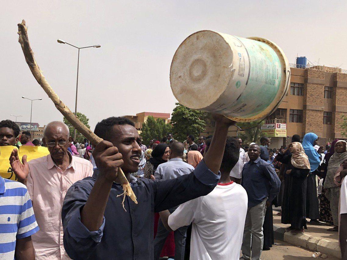 圖為蘇丹抗議軍方過渡委員會的示威者。 圖/美聯社